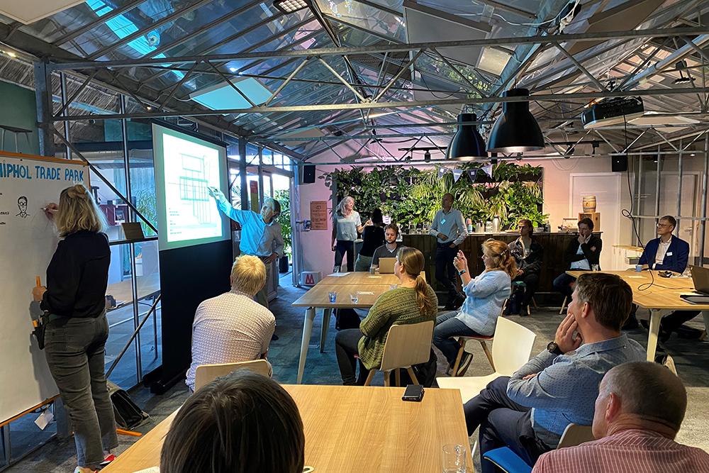 Ter voorbereiding op een geslaagde Workshop ecologie op het Schiphol trade park geeft lodewijk een korte presentatie.